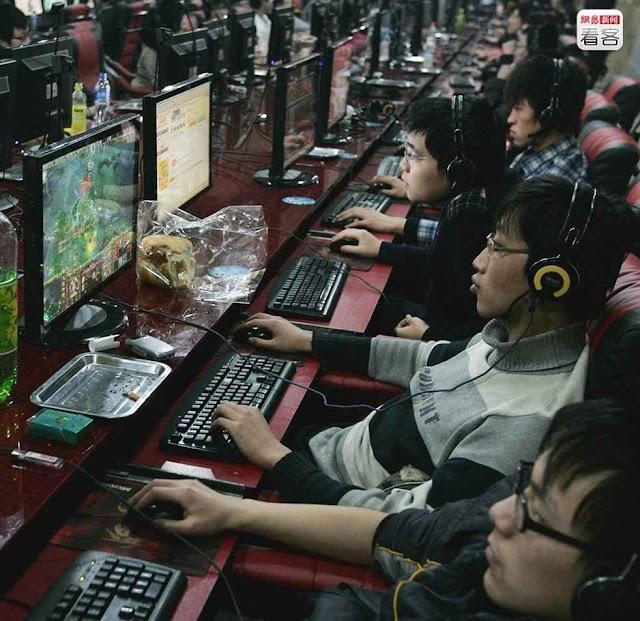 Jovens viciados na Internet jogam até desmaiar de sono diante da tela, China.