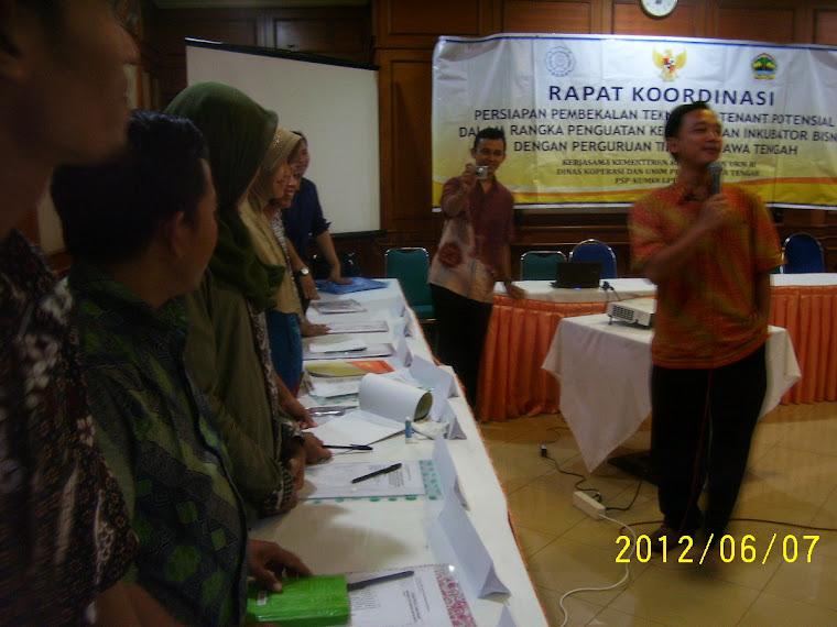 Pembimbing Memberi Arahan Pada Peserta INKUBASI UMKM di Hotel Indah Jaya Solo