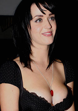 Katy Perry`s mom hates her cleavage