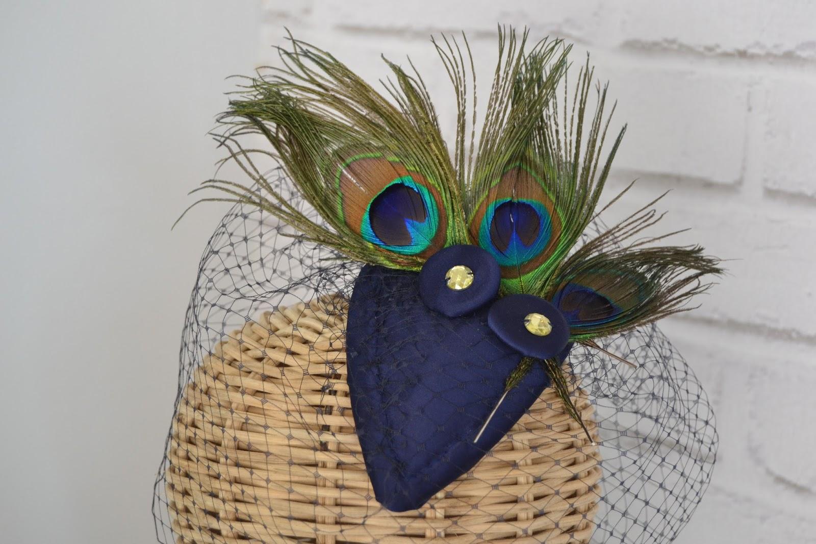 y escote barco de rita gyndawood realizado en satn elstico azul noche con fajn a juego con aplicacin de plumas de gallo en verde pavo real y botn