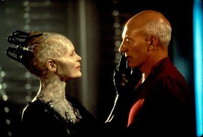 jean luc picard siendo acariciado por la mano de una alienígena