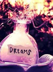 """•""""Todas as manhãs ela deixa os sonhos na cama, acorda e põe sua roupa de viver."""""""