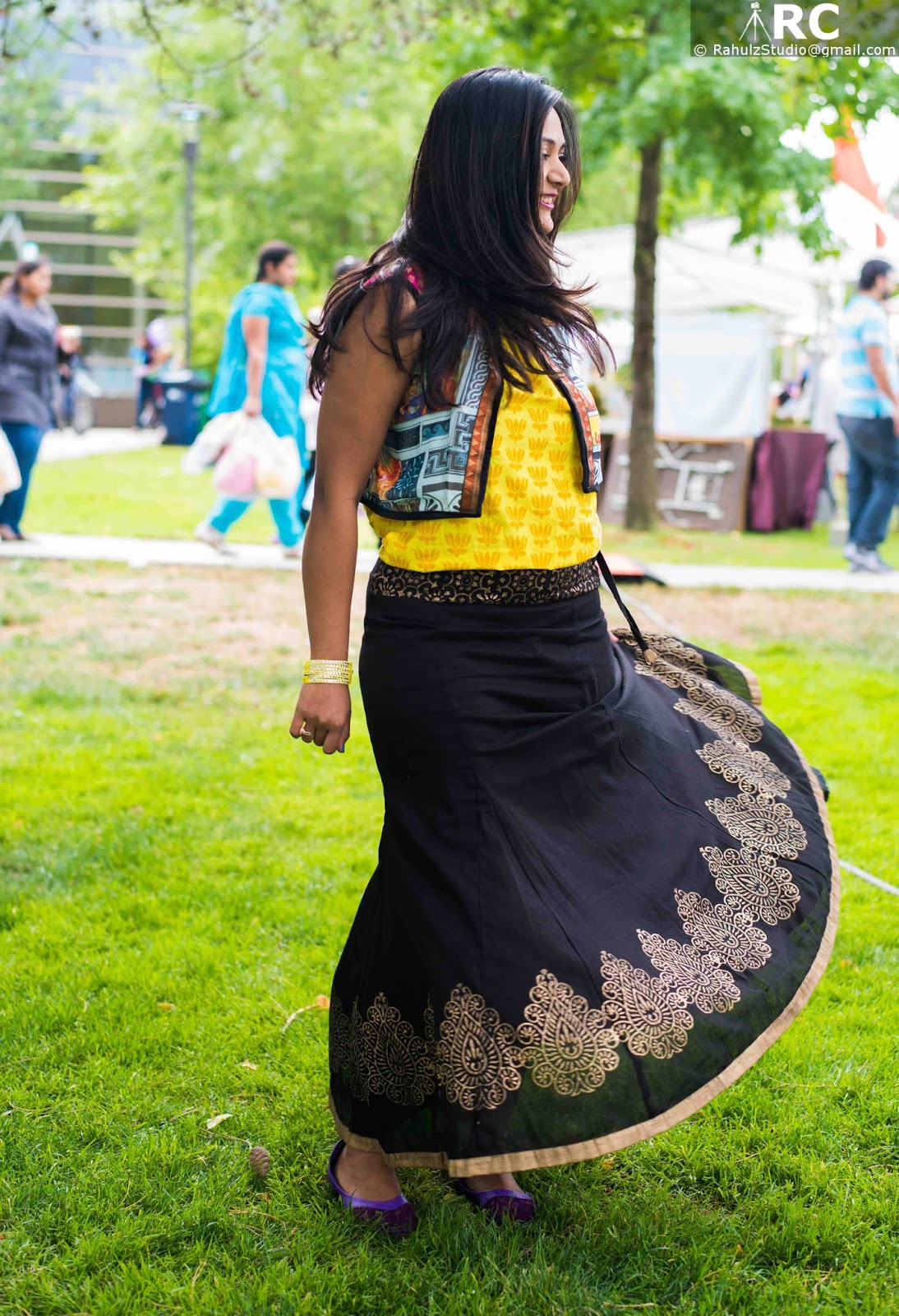 girl turning in her skirt, indian fashion blogger, Ananya Kiran, Seattle blogger, Anand Mela 2015