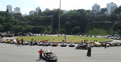 A Praça Charles Miller tomada por MPs de todas as torcidas.