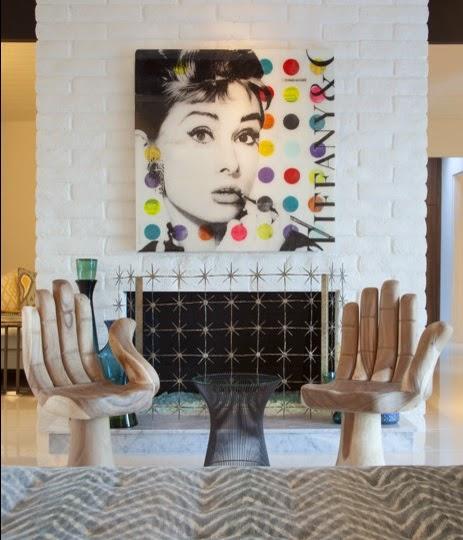 salon con decoracion colorida y moderna con cuadro audrey hepburn