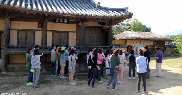 Grupo escuchando las explicaciones del guía en la aldea Museom