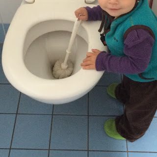 Kind putzt Toilette