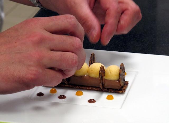 Jérôme Chaucesse - Hôtel de Crillon - Croquants cookies, mousse au chocolat Jivara, sorbet abricot