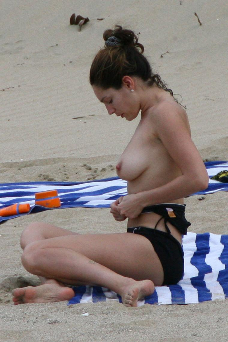 Kelly Brook Desnuda En La Playa Famosas De Tele
