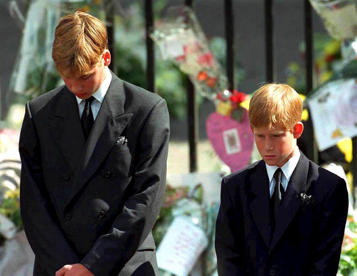 http://4.bp.blogspot.com/-7GepGRpU2JE/T1t64E9OarI/AAAAAAAANcA/puLf3d5mmUw/s1600/Prince-William-and-Prince-Harry-at-Princess-Diana-Funeral.jpg