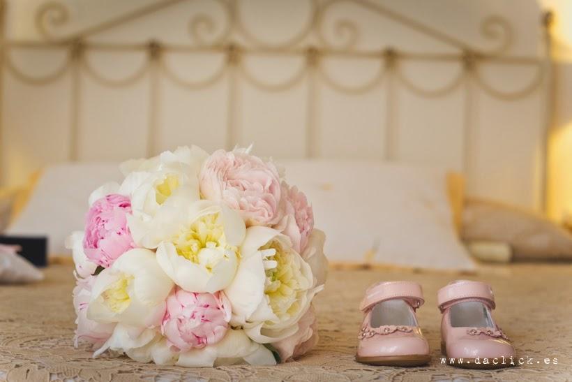 ramo de novia peonias y zapatitos de niña de 1 año en rosa