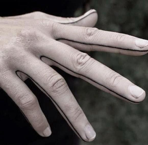 chica con los dedos tatuados 22