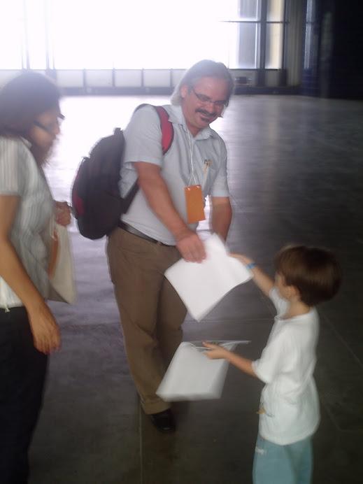 IV CNSAN - Lorenzo entrega manifesto sobre Agrotóxicos ao Élido Bonomo (Lelinho)