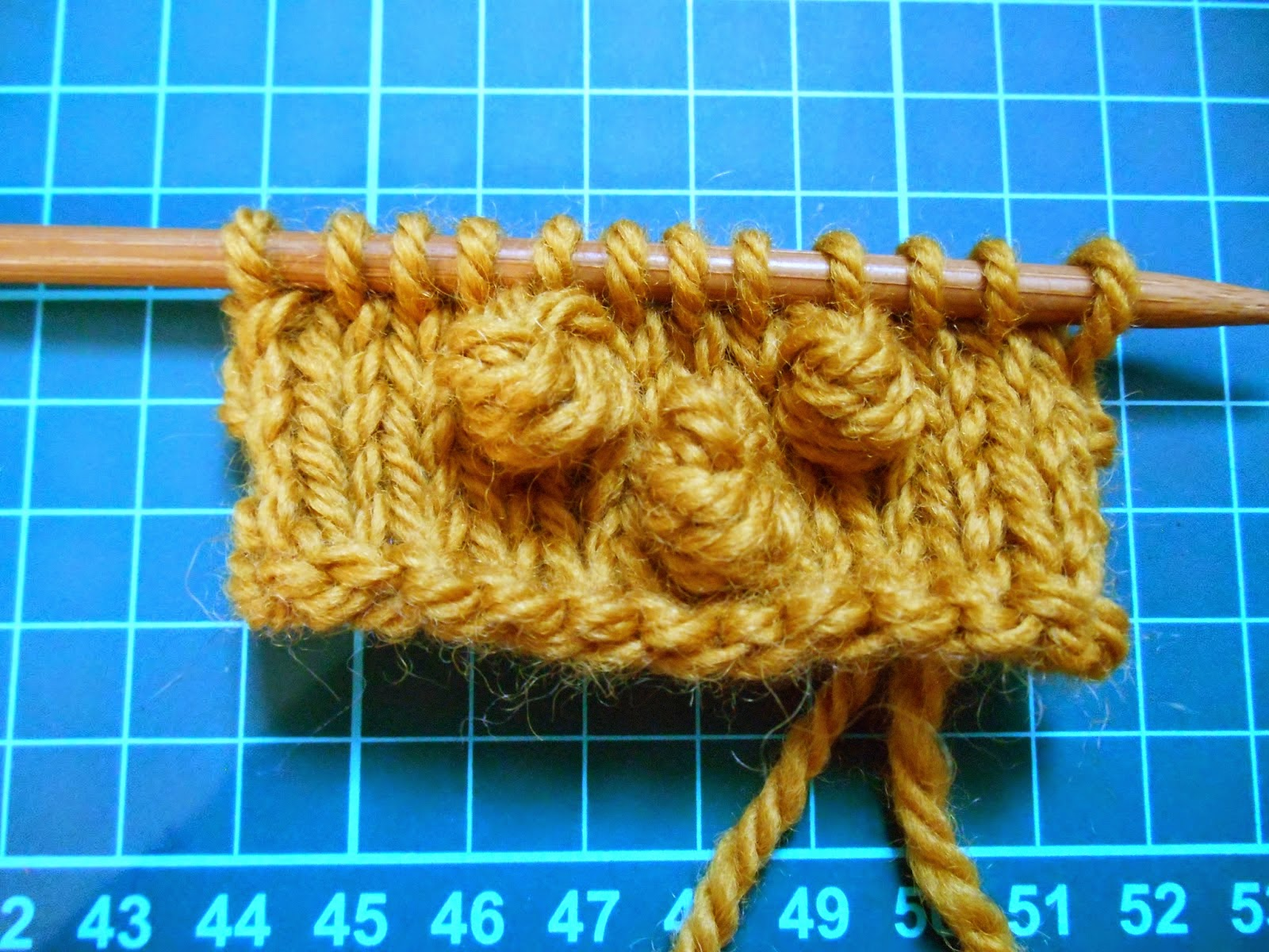 http://soleneknits.blogspot.fr/2014/11/photo-tutorial-make-bobble-tuto-photo.html