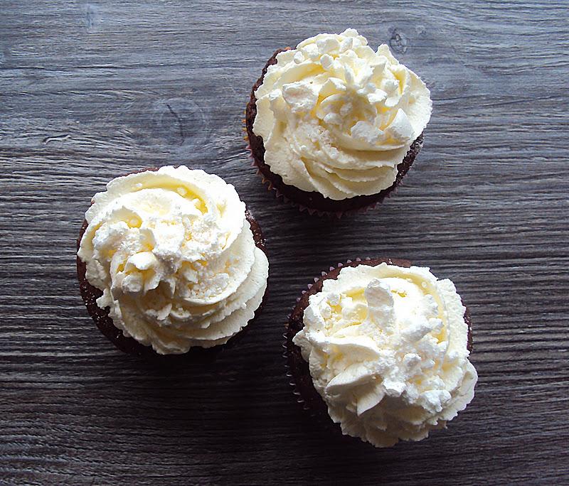 Svenja S Koch Und Backblog Schokoladen Baiser Muffins Mit Sahnehaube