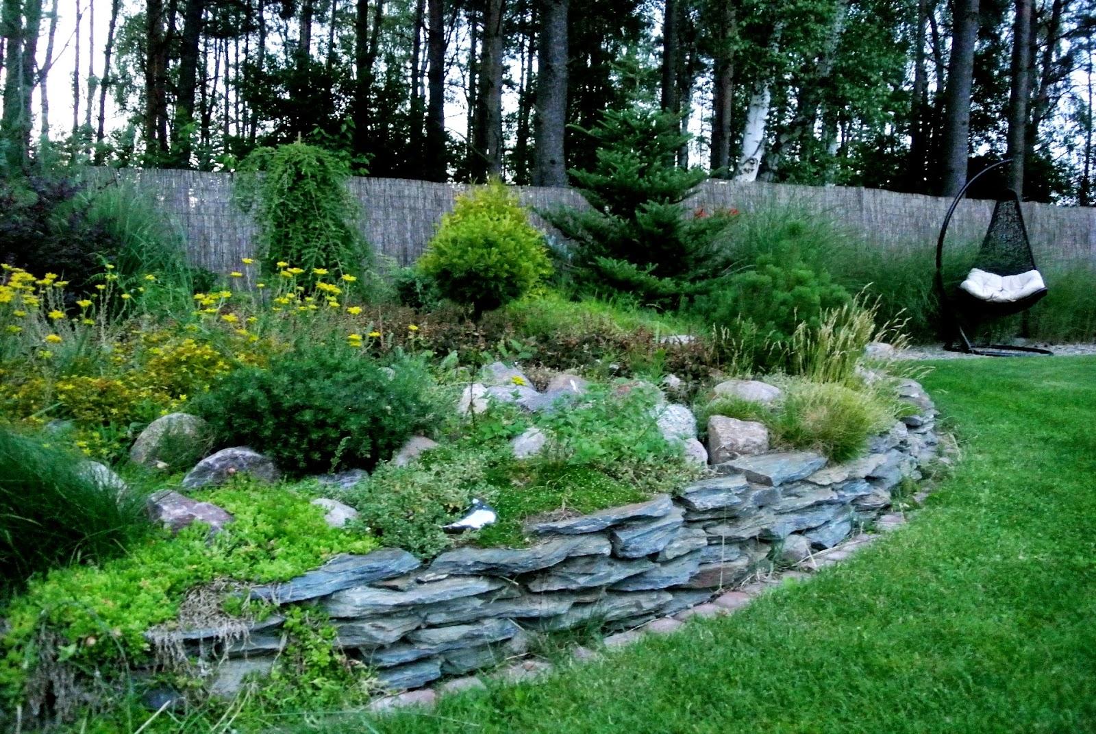 huśtawka ogrodowa,skalniak,murek z łupka, murek oporowy,choina kanadyjska,świerk,las,Kobylanka,zakątek relak,relaks w ogrodzie,miejsce odpoczynku