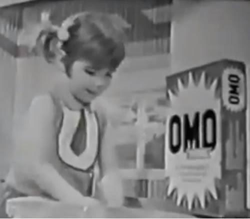 Propaganda do OMO Total em 1971 onde crianças interpretam papéis de adultos em um divertido teatro.