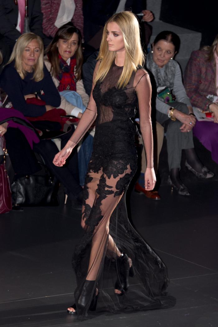 Vestido de tul negro con bordados transparente pasarela desfile moda Juana Martin colección nueva NEO favorito diseño blogger moda valenciana withorwithoutshoes