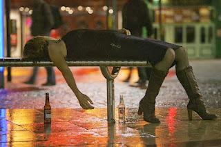 smešna slika: Pijana devojka spava napolju