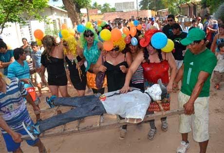 Entierro de muñeco da fin al Carnaval cruceño