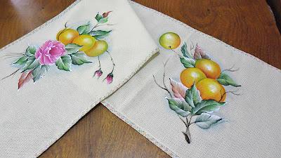 trilho de mesa com pintura de laranjas e rosas