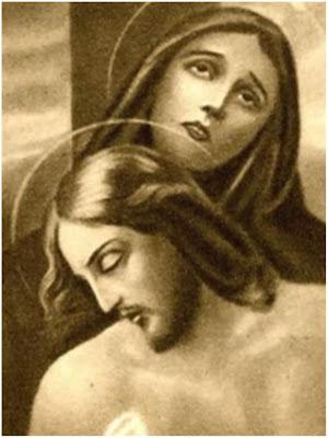 La Virgen sostiene a Jesus descendido de la Cruz.