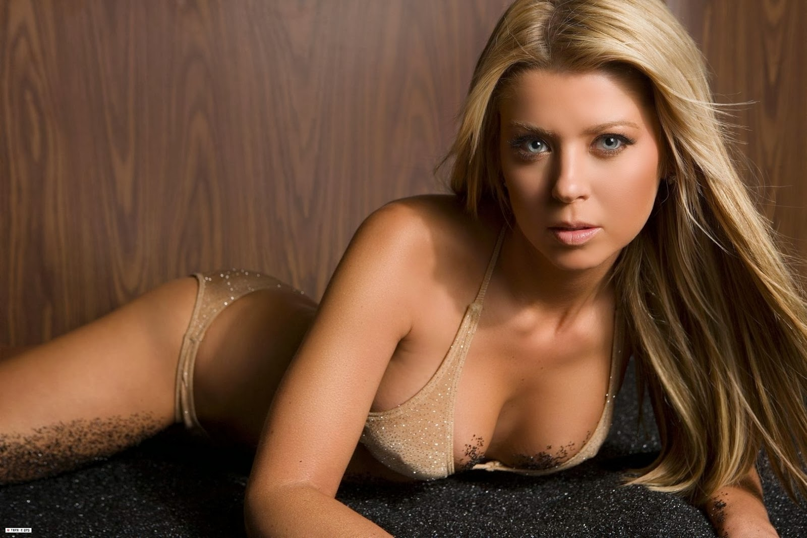 Tara Reid Bio News Fashion Wallpaper