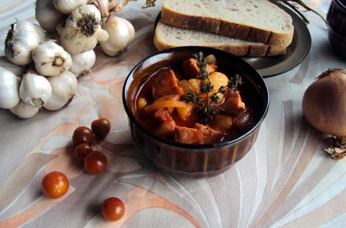 Fasola z kiełbasą pomidorami i cebulą
