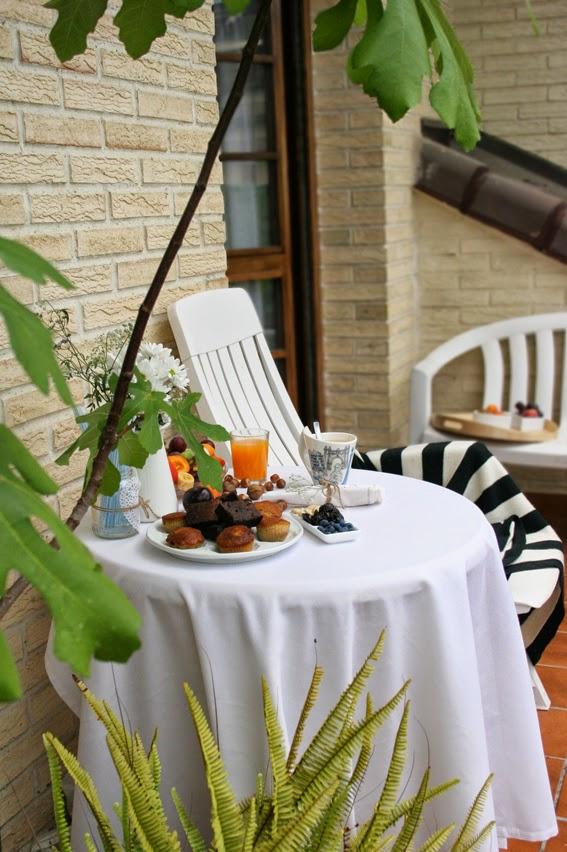 Mesa preparada para el desayuno al aire libre con la nueva laza New Wave Barcelona de Villeroy & Boch