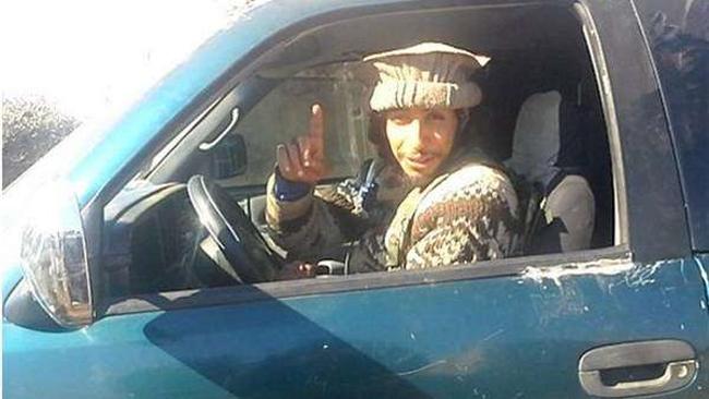 """Mira como el """"cerebro"""" de la masacre de París se divierte en Siria arrastrando cadáveres"""