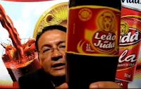 Moisés Magalhães mostra sua bebida ungida