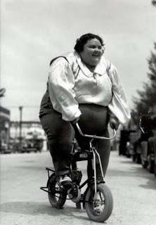 Gorda andando de bicicleta