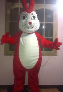 maskot 2 kelinci merah