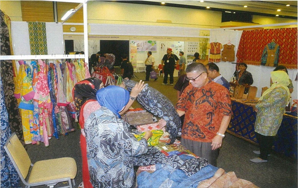 Partisipasi Pengusaha Ukm Kalimantan Barat Dan Furniture Produk Sofa Konsul Jenderal Ri Mengunjungi Booth Indonesia