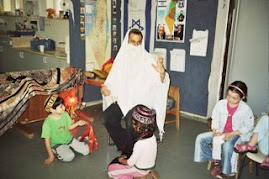 מכינים המחזה לסיפור על רבי שמעון בר יוחאי