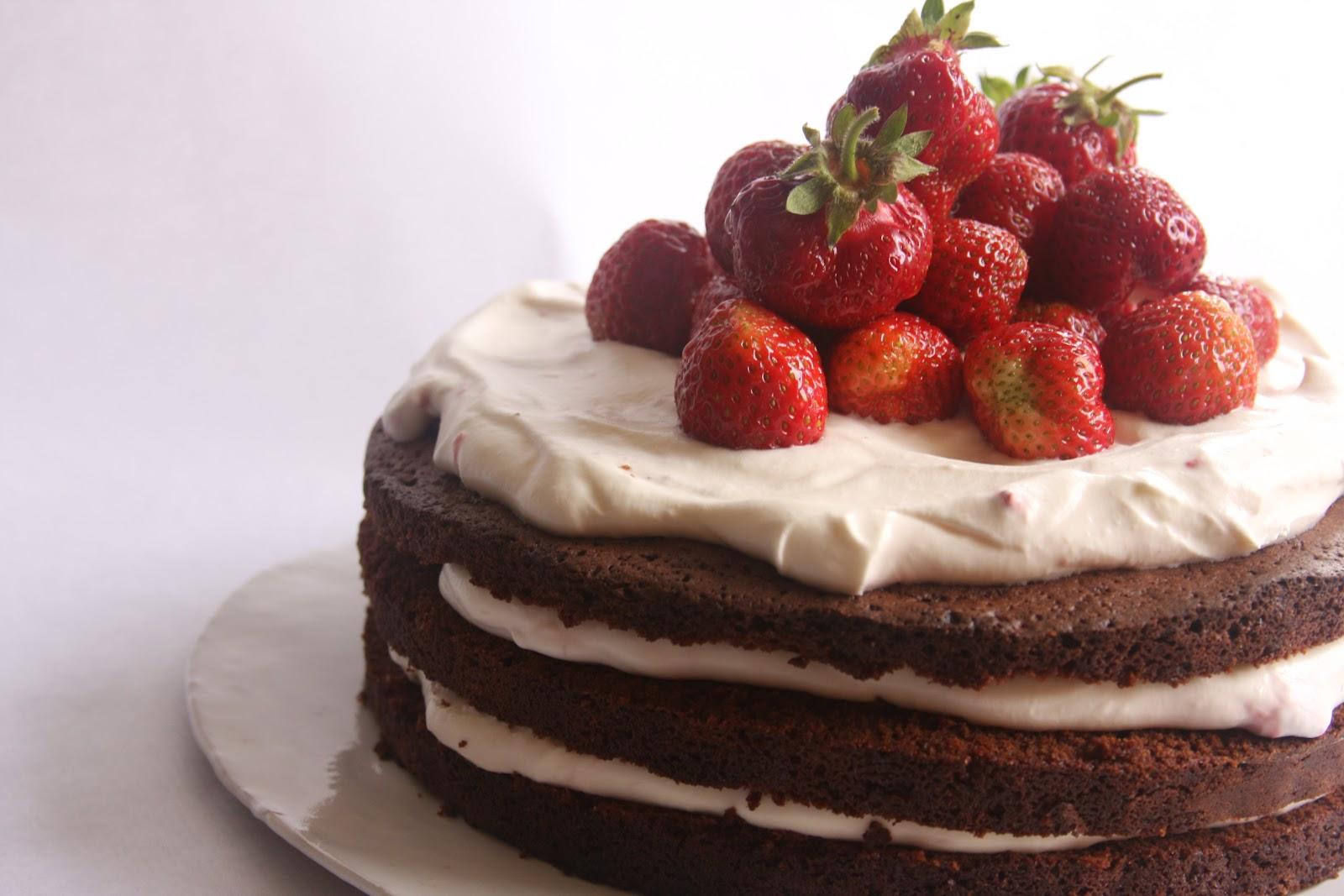 chokladtårta med jordgubbar och grädde