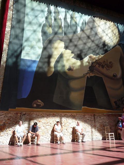 Большой зал музея-театра Сальвадора Дали в Фигерасе