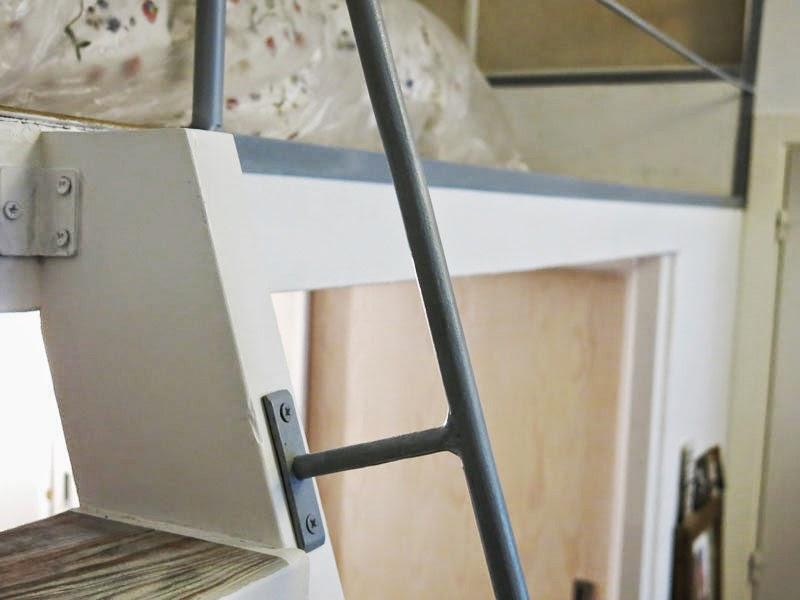 Supermanitas: escalera reciclada y armario para altillo