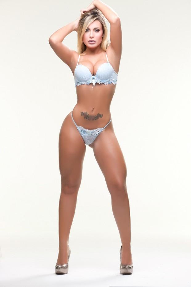 Andressa Urach de lingerie em ensaio sensual