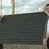 Eerste zonnepaneel op dak gemeentehuis Goor