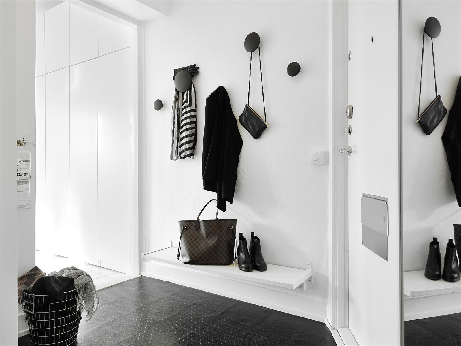 Inspiring homes endless white in g teborg nordic days for Garderobe dots