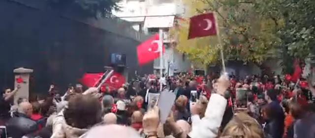 Τούρκοι ψάλλουν τον εθνικό ύμνο της Τουρκίας έξω από το ανακαινισμένο με έξοδα της Ελλάδας σπίτι του σφαγέα Κεμάλ στην Θεσσαλονίκη!