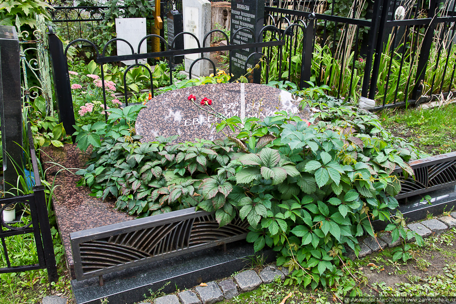Надгробная плита на могиле Евгения Майорова на Ваганьковском кладбище