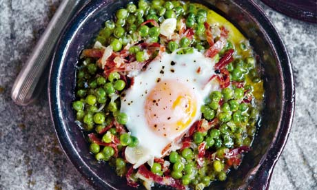 Braised peas and jamón with eggs.