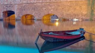 barco en un lago tranquilo