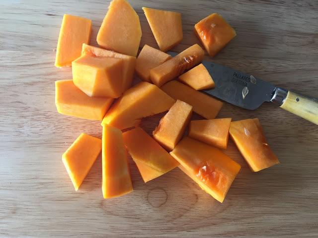 Tarta de calabaza, cortando la calabaza en trozos.