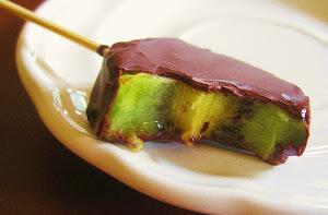 Kiwi Helado bañado en Cascada de Chocolate