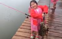 Gadis 6 Tahun Jago Mancing Ikan Kerapu Besar