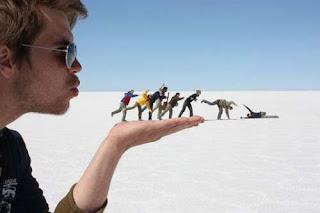 Karya Fotografi Dengan Teknik Manipulasi Perspektif yang Keren