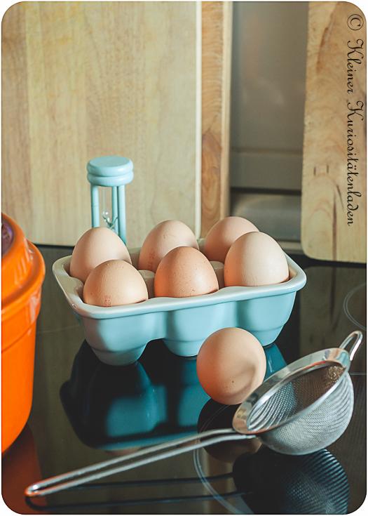 Zubehör: Kochtopf, legefrische Eier, Eieruhr, kleines Sieb oder Schaumkelle
